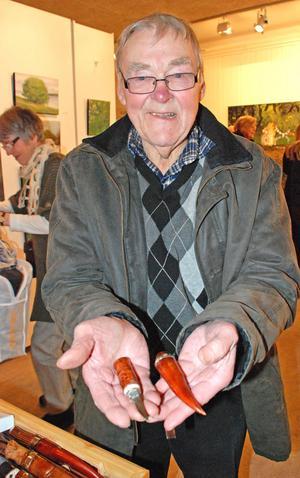 I över 30 år har Bert Fredricson på Åkerö snidat knivar.