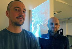 Jonas Gazell och Douwe Mulder och utställningens anti-välkomstskylt, verket
