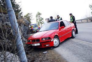 Föraren av bilen berättar för polisen att han blev  inprejad i bergsväggen. FOTO: Måns Hegevall