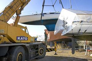Kranen kommer till Reffelmansviken vår och höst. I lördags var det stora båtupptagardagen.