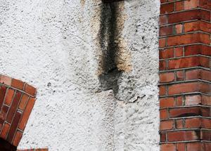 Fasaden har många skador och måste åtgärdas.