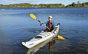 I hamnen i Juniskär, intill den just nu vilande restaurangen, har Juniskär Kajak haft sitt naturliga tillhåll i snart åtta år. Per Jarnkvist, naturälskare och en av delägarna i företaget, känner viken, de små och litet större öarna längs Njurundakusten som sin egen ficka.