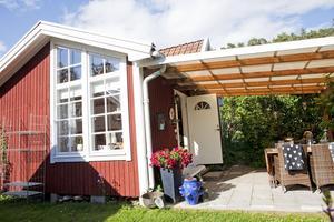 Vindskyddad. Oavsett väder går bra att sitta utomhus under altanens tak. Dessutom fungerar syrenerna som insyndskydd.Foto: Anders Forngren