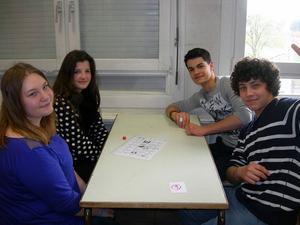 Catharina Nilsson och franska elever samarbetar under en lektion.