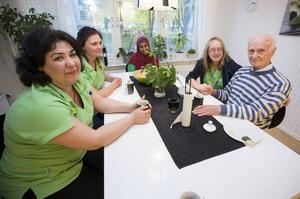 Arbetarbladet besöker Allt i hemmet i Gästrikland som jobbar med hemtjänst. Från vänster i bild vd Zahra Asgari, Lina Sundberg, Habiba Subiye, Monica Edbom och kunden Folke Jacobsson.