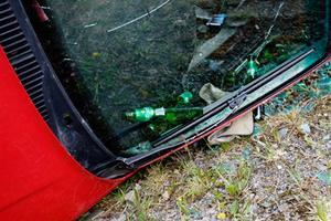 I bilen hittade polisen ölflaskor.