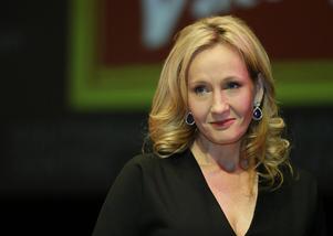 JK Rowling stöttar sin författarkollega Musa Okwonga, som uppmanar att alla män, oavsett hudfärg, ska bli rejält förbannade över att övergrepp begås mot kvinnor.