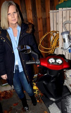 Eva Andersson i Nora visar dotterns moped som blev sönderskrapad när dottern körde ner i ett hål i gatan i november.