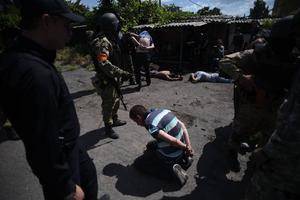 Azovbataljonen vid ett tillfångatagande av ryska separatister under strider i hamnstaden Mariupol den 13 juni i år.