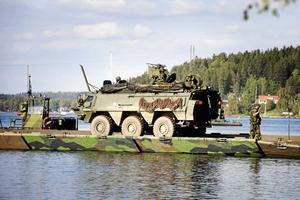 Under försvarsövningen Aurora 17 byggde Göta ingenjörsregemente en bro över Linasundet.