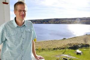 Patrik Lindman är en av sju pedagoger på föräldrakooperativet Litsongan. Utsikten över Indalsälven är makalös. Och ännu mer utsökt en solig höstdag.