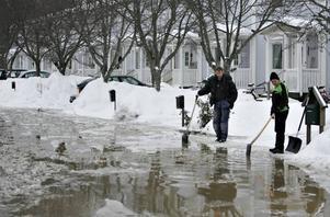 Vattnet forsade längs cykelvägen mot Höjersdal och rann ner mot villorna och radhusen på Vallgångsvägen. Flera husägare försökte mota vattnet med spadar och snöförare.