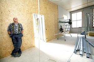 Janne Landström från J Landström bygg och måleri jobbar med totalrenoveringen av Holmsunds skola i Bomhus.