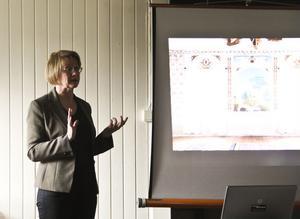 Ingela Broström berättar om hälsingegårdarnas vackra dekorationsmålningar.
