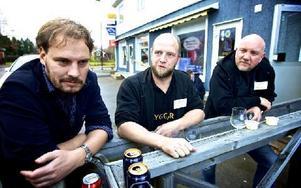 Martin Almqvist, Rasmus Rödén och Anders Mattsson hämtade luft och besökte pizzerian i byn. Foto: Claes Söderberg/DT