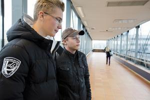 Psykopatgång? Philip Grip och Jan Svensson, 18 år, som dagligen passerar den klassiska gången har vant sig vid den höga musiken, men kallar passagen för psykopatgången.