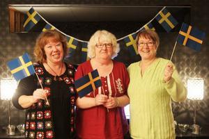 Silversystrarna Kahtarina Sigfridsson, Mahritta Hansson och Elisabeth Sigfridsson gläds över lillasysters och curlinglagets silver.