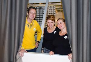 Förväntansfulla. Varuhuschef Jonas Fjäll, rumsinredare Annsofi Söderholm och Elisabet Bjällerstedt, säljansvarig för vardagsrum, laddar inför det officiella öppnandet av den nya avdelningen  för vardagsrum på Ikea Västerås. Annsofi och Elisabet är projektansvariga.
