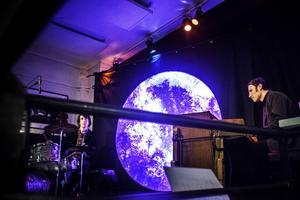 Anders Ljunggren på orgel och brorsan Staffan på trummor; tillsammans är de Trummor & Orgel.