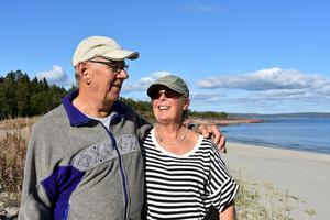 Sandstranden i Björnviken är en av de finaste i Höga kusten. Den här årstiden kan Erik och Ingrid Johansson promenera här helt ensamma på dagarna.