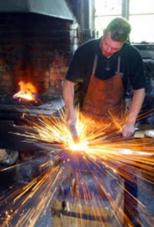 Varmt, tungt och skitigt. Fredrik Thelin gillar att jobba med järn.