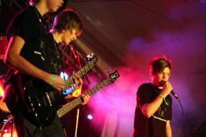 Förutom The Poodles fick många lokala band möjligheten att spela inför publik. Här ser vi The Relatives från Rätan.