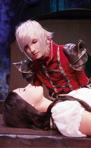 Yohio spelar prinsen och Ellen Bergström gör rollen som Snövit.