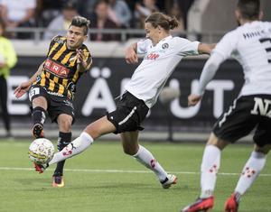 Sätter stopp för Paulinho. Arvid Brorsson i ÖSK:s möte med Häcken. Just nu befinner sig ÖSK:s unge mittback med landslaget i Jönköping, EM-kvalar mot Italien på tisdagen.