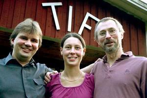 Mästerligt. Guldtösen Elin Hellbeck flankeras av Niclas Kilsberger, t vä och sambon Dan Wessman, som tillsammans tog ett lagsilver.