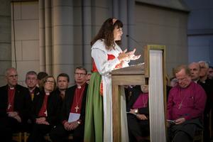 Karin Perers har på sig sin sockendräkt under kyrkomötet. Det kommer hon även att ha under ceremonin på Stockholms slott.