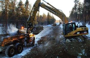 Grävmaskiner, dumprar och en bergborrvagn har satt i gång ombygg-naden av den 16 kilometer långa, ökända svartvägen mellan Revsund och Våle.Foto: Ingvar Ericsson