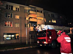Räddningstjänsten gick in med rökdykare i lägenheten.