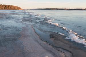 Råk på Ridöfjärden mot Fröholmens fyr. Stabil is till vänster om råken. Till höger om råken ny is som var öppet vatten för en vecka sedan. Åk inte till höger om råken. Foto: Bengt Stridh