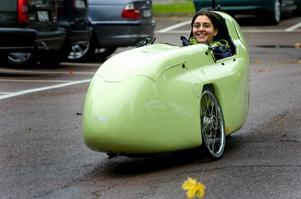 Nej, det är ingen skumbil. Inte heller ett vinglöst flygplan eller en racerbil. Det är bara Beatrix Strid som testkör en cykelbil. Ett fordon som om Bilpolarnas projektansökan beviljas kan bli en vanlig syn i Borlängetrafiken. Foto:Johan Larsson