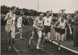 Växling i stafett 4x1500 meter i SM i Västerås 1942. Henry Eriksson på tredje sträckan har lämnat över till slutmannen Gunder Hägg, och Örgryte försöker hänga med. Gunder var segersäker men fick ge sig i spurten mot Lennart Nilsson. Det var det enda lopp han förlorade under alla de fantastiska åren.