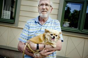 Lars Nilsson, 75 år, med hunden Rocky, 4 år, Örebro.–Det var nära helt enkelt, och så är det lätt att parkera. Rocky bryr sig inte om att det är mycket folk, men han gillar inte andra hundar. Därför vill jag inte släppa ner honom.