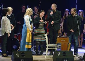 Emma Härdelin döper den tjeckiska skivan med musik av Triakel, tillsammans med Janne Strömstedt och Kjell-Erik Eriksson.