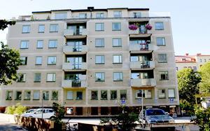 Nu drar Hyresgästföreningen i gång en rättslig utredning för att få bukt med bristerna i huset vid Staketgatan-Byggmästargatan.