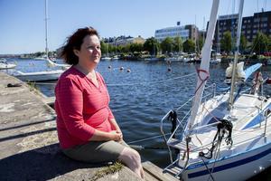 Maria Wålsten intill sin 20 fot (7.20 m) långa segelbåt vid Nybron i Härnösand.