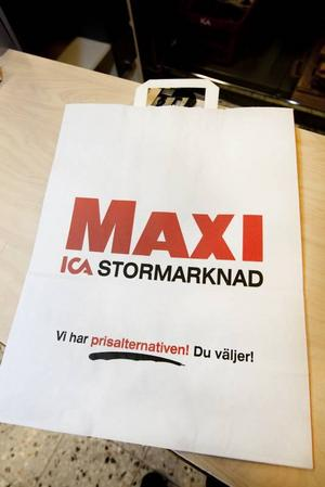"""PAPPERSKASSAN. Ica säljer FSC-märkta papperskassar i två storlekar för 2,50 respektive 3 kronor. Märkningen innebär att minst 40 procent av de träd som huggs ned vid produktionen ska återplanteras. """"Jo, full med tidningar får man slänga den i tidningsinsamlingen"""", säger avfallspedagogen Lena Öman."""