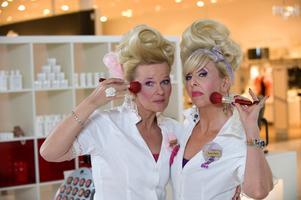 Sissela Kyle och Pia Johansson spelar de rivaliserande sminkförsäljarna Anne-Marie och Rose-Marie i TV 4:s nya humorsatsning.