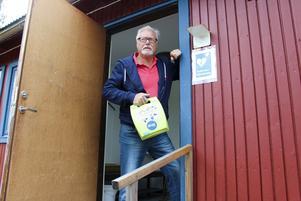 Björn Flinth kämpar för att få till en grannsamverkan där allmänheten kan rädda liv med hjärtstartare. Den på bilden finns tillgänglig i gemensam lokal för engagerade Blötbergsbor.