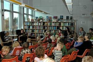 Kulturvecka på biblioteket. De små barnen fick lyssna på Alfons Åberg.