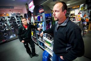 Per-Ola Palmqvist och Örjan Rhodin på Motor och fritid expo vet inte vad som händer med deras butik när det nya handelsområdet växer fram. Ett är dock säkert; trafiksituationen måste lösas på något sätt om kunderna ska strömma till. Foto: Håkan Luthman