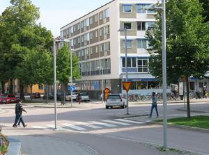 I dag måste cyklister som kör Biskopsgatan och ska söderut på Vasagatan ta en stor omväg och passera tre gator och ett torg (Engelbrektsplan). Med de nya reglerna blir det mycket genare.