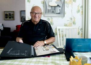 Arne Puunberg bläddrar i tidningsklippen och fotoalbum från sitt händelserika liv.