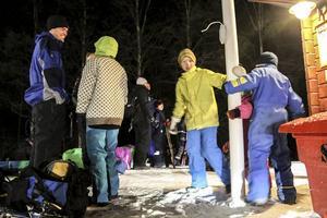 Love Lindstedt, 9, Ingmar Gyllenhammar, 9, och Ellen Gyllenhammar, 5, dansar runt lite i väntan på tåget hem till Frösön.