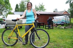 Astrid Wallberg ska tillsammans med kompisen Jessica Tjärnström cykla 30 mil på ett dygn.