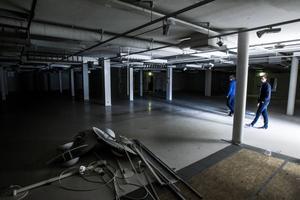 Ovanför H&M i KappAhls gamla lokaler är det mörkt. 800 kvadratmeter handelsyta står tomt. Faxeholmens stryelseordförande Urban Wigren och vd Petri Berg kämpar vidare för att undvika att lokalerna byggs om till kontor.