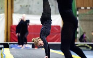 """Några gymnaster från Mora visar upp hjulningar på """"Tumbling""""-mattan. Foto: Klockar Mattias Nääs"""